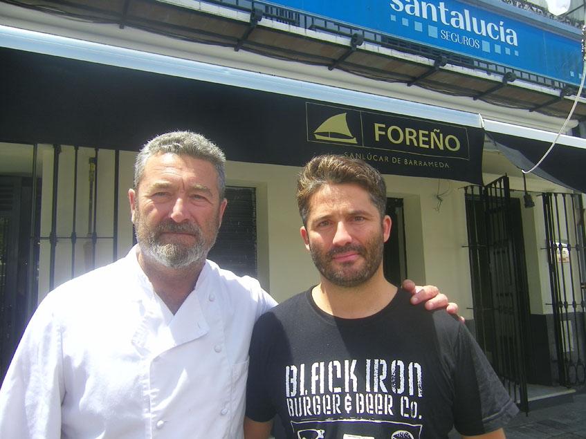 Pedro junto a su hermano Jaime en la puerta del establecimiento que regentan en la plaza del Cabildo de Sanlúar: Foreño. Foto: Cosasdecome