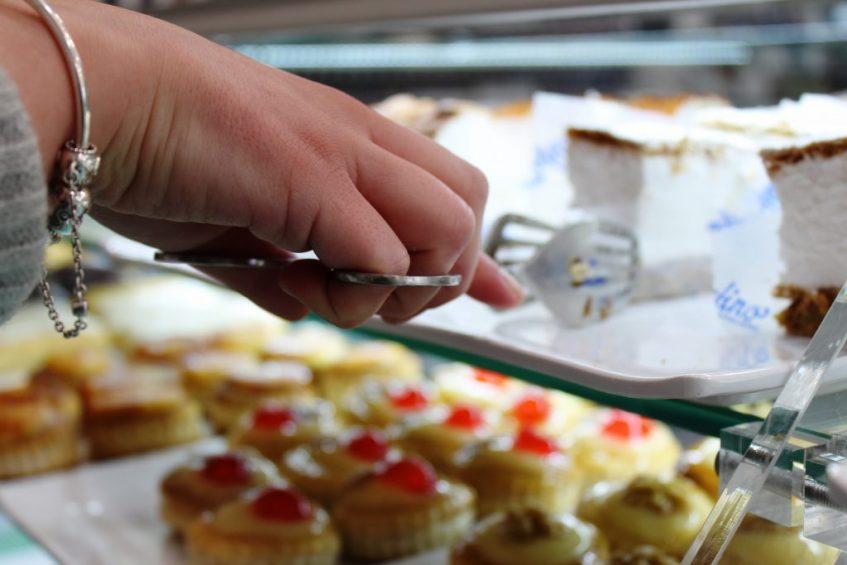 Detalle de la vitrina de pasteles. Foto: Cosas de Comé
