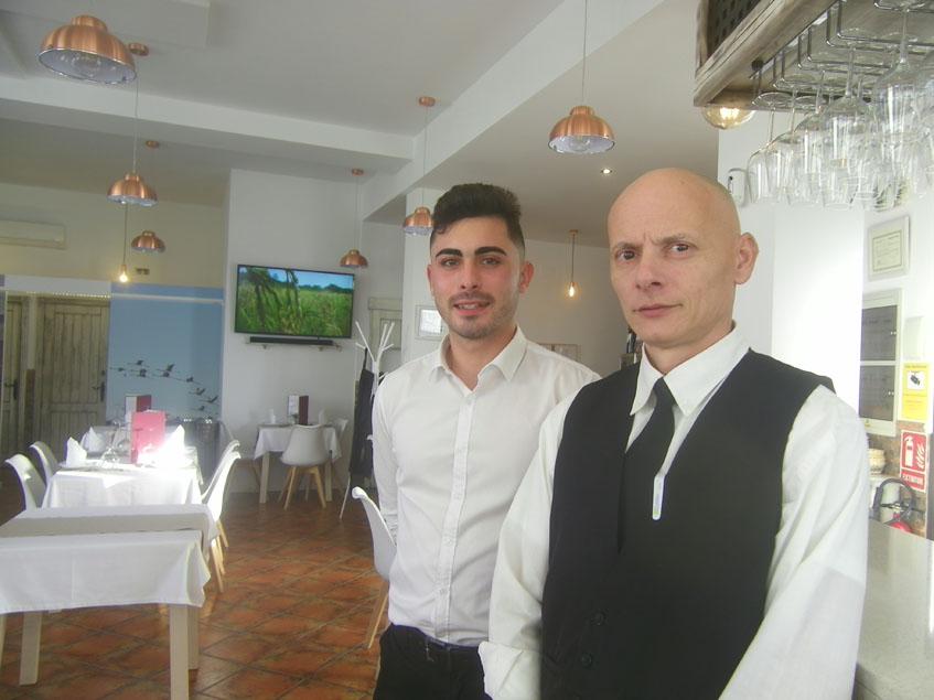 Carlos Medina, el encargado del establecimiento, con chaleco negro, se encarga de atender la sala. Aqui, aparece junto a uno de sus camareros. Foto: Cosasdecome