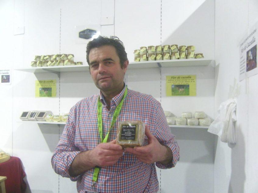 José Luis Aparicio, de Flor de Cazalla, junto a su queso cuadrado. Foto: CosasDeComé.