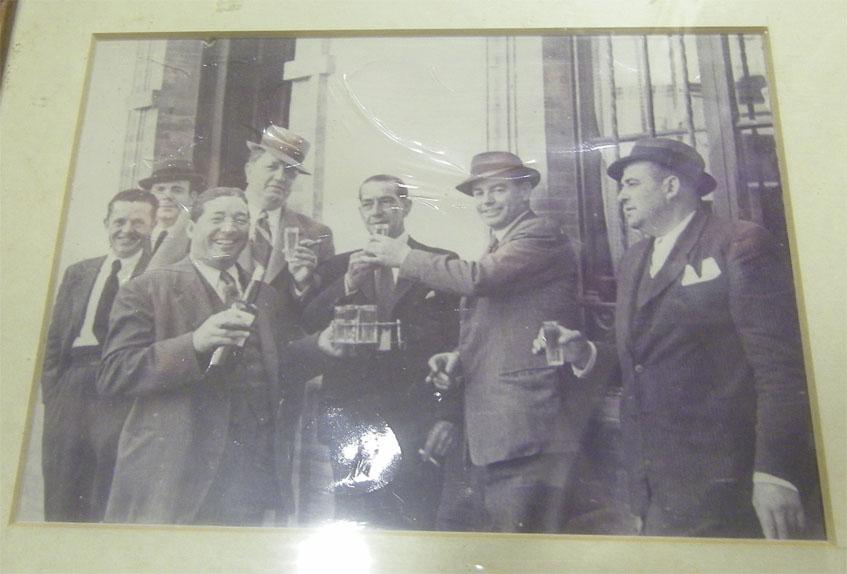 Foto de 1942 que se conserva en el local y en la que Feliciano Dominguez y Joaquín Cantos brindan por el acuerdo alcanzado junto a un grupo de amigos. Foto: Cedida por el establecimiento