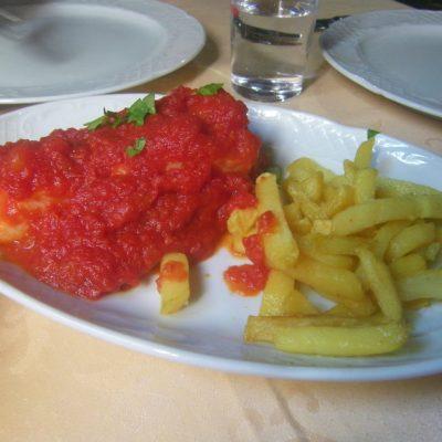 Bacalao con tomate, uno de los platos destacados de la bodega El Potro. Foto. Cosasdecome