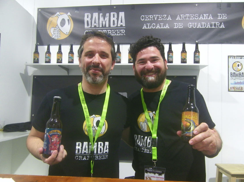 Dos de los socios de cervezas Bamba con sus creaciones. Foto: Cosasdecome