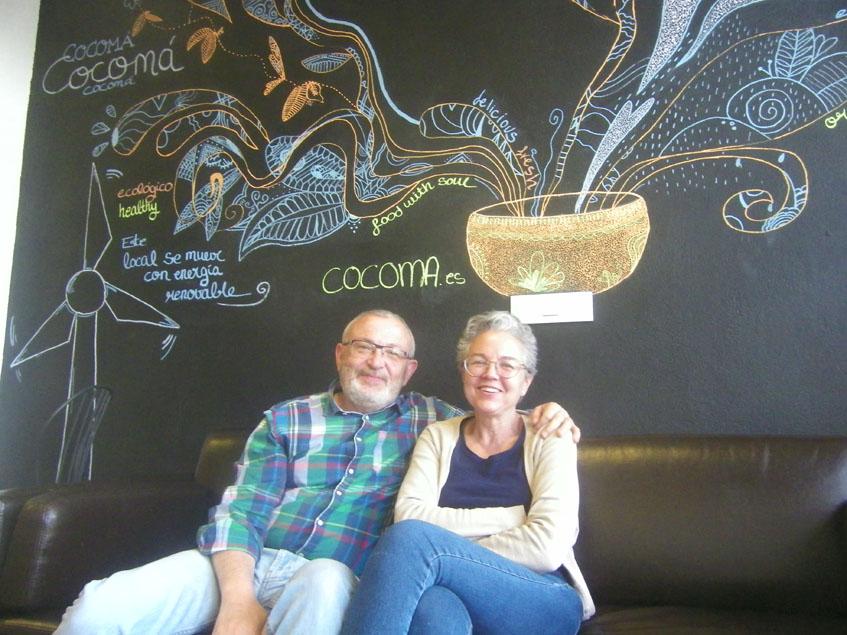 Carlos Gómez y Pilar Muñoz posan delante de un mural realizado por su hija Julia. Foto: Cosasdecome
