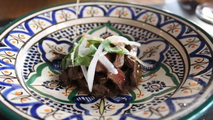 Ensalada templada de hígado de cerdo ibérico, cebolleta fresca y cilantro. Foto: Cosas de Comé