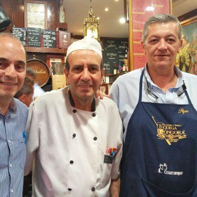 Francisco Portillo junto a Ramiro Expósito y Pepe Navarro, sus dos grandes hombres de confianza en el establecimiento y que llevan con él más de 20 años. Foto: Cosasdecome
