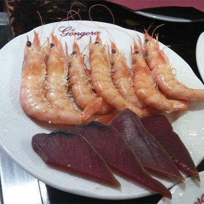 Gambas cocidas de El Góngora. En el plato aparecen junto a unas rodajas de mojama. Foto: Cosasdecome