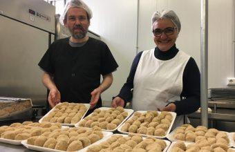 Rafael Galisteo y Belén Rodríguez han creado producen 4.000 croquetas al mes. Foto: CosasDeComé