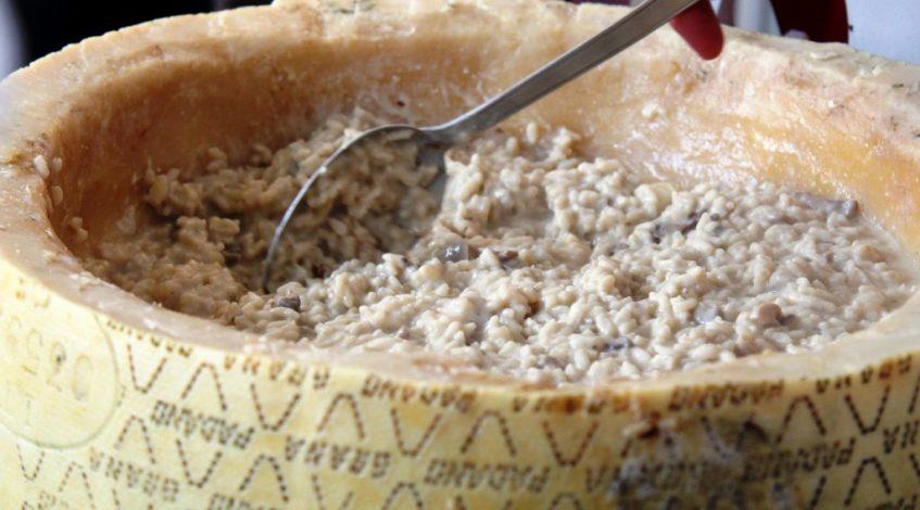Elaboración del risotto dentro del queso grana padano. Foto: Cosas de Comé