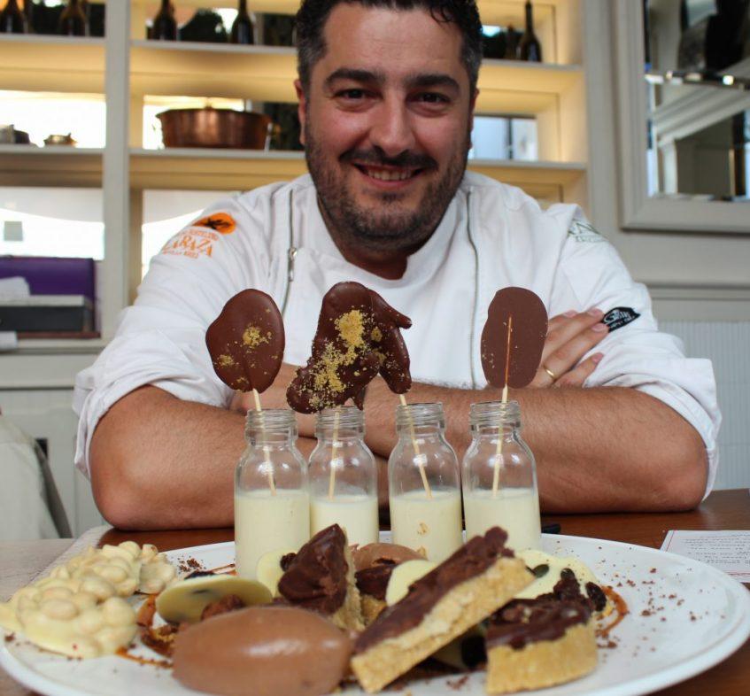 El chef, con el postre de chocolate. Foto: Cosas de Comé