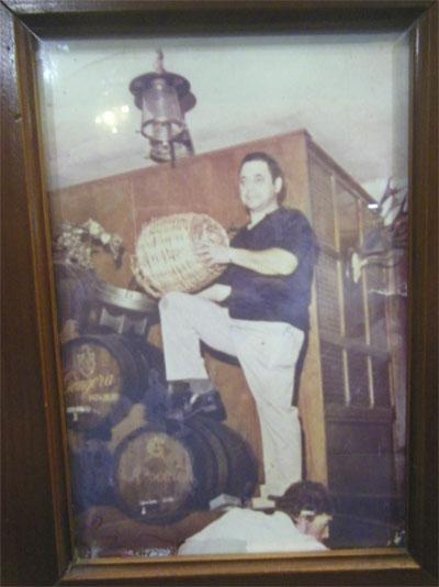 Paco Portillo aparece llenando las botas de vino del local en una foto que se conserva en el establecimiento. Puede observarse que aún no estaba la cocina. Foto: Cedida por Bodegas Góngora.