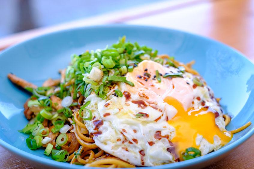 Platode fideos. Ofrecen la posibilidad de ponerle un huevo ecológico frito como complemento. Foto: Manolo Couceiro