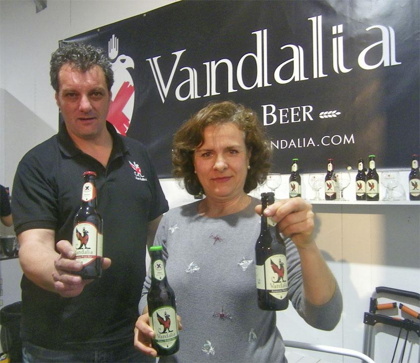 El maestro cervecero de Vandalia José María Vázquez junto a Consuelo Sánchez Noriega, una de las propietarias de la firma. Foto: Cosasdecome