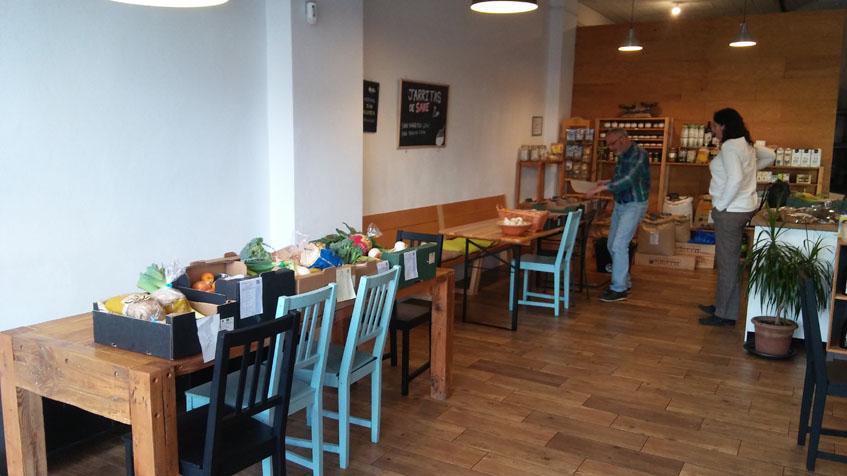 Vista interior de la tienda restaurante. Foto: Cosasdecome