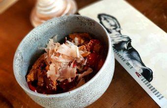 Incorporación de la nueva carta: parpadelle al wok de verduritas y pollo con salsa okomiyaki y katshuobushi. Foto cedida por el establecimiento.