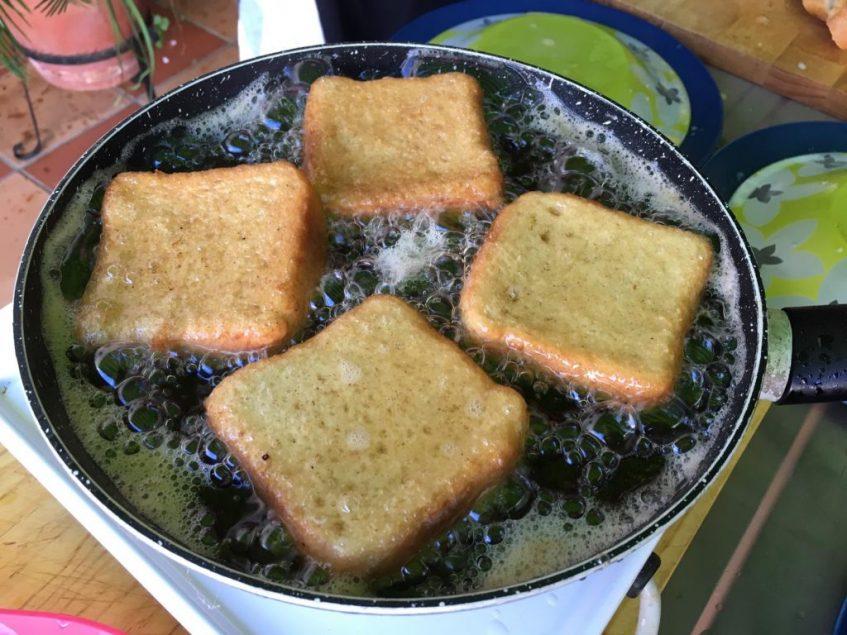 Para las torrijas, mejor usar aceite de girasol que no eclipsa su sabor. Foto: CosasDeComé.