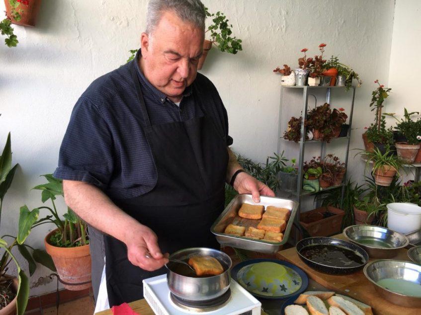 El estudioso de la torrija, Juan Domínguez, enmela algunas de las de vino. Foto: CosasDeComé