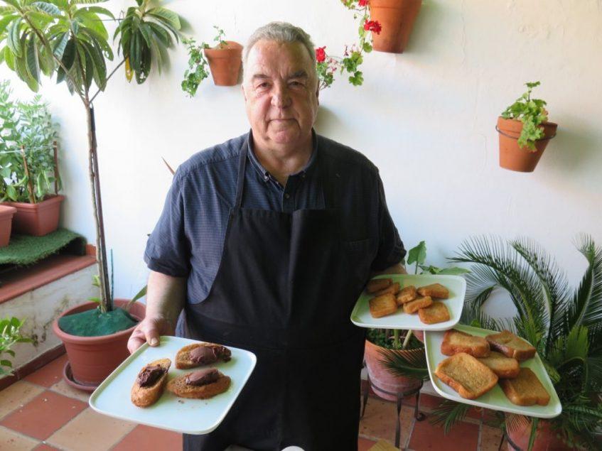 Juan Domínguez posa con las torrijas sevillanas, las procedentes de Carmona (de leche) y su propia invención de la torrija con chocolate. Foto: CosasDeComé