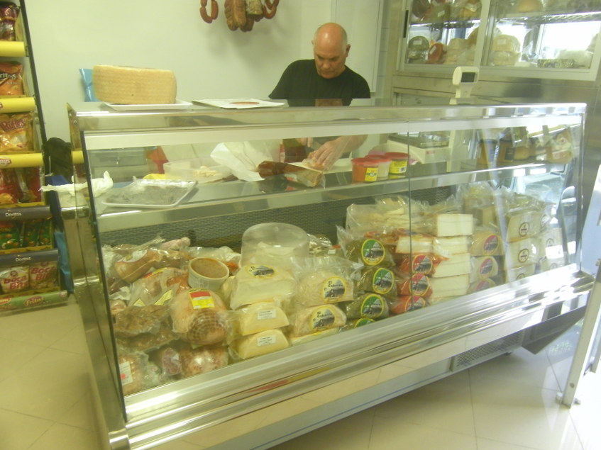 La vitrina con los quesos y chacinas con que cuentan. Foto: Cosasdecome