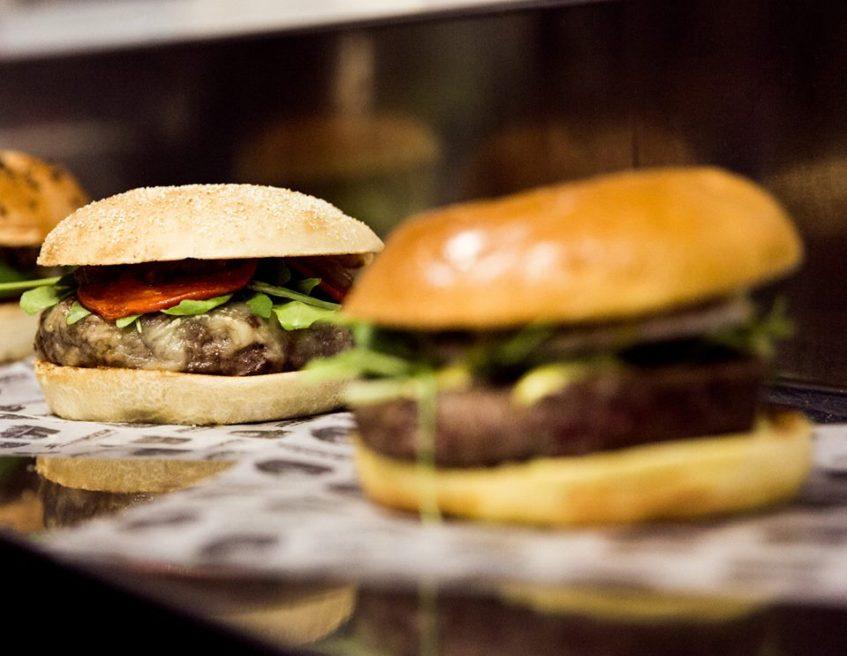 Algunos de los panes y carnes de las hamburguesas de Nickel. Foto cedida por el establecimiento.