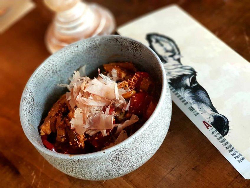 Papardelle al wok de verduritas y pollo con salsa okonomiyaki con katshuobushi, una de las nuevas incorporaciones en carta. Foto cedida por el establecimiento.