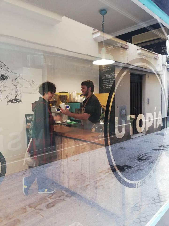 Pepe Ramos atendiendo en su local. Foto cedida por el establecimiento.