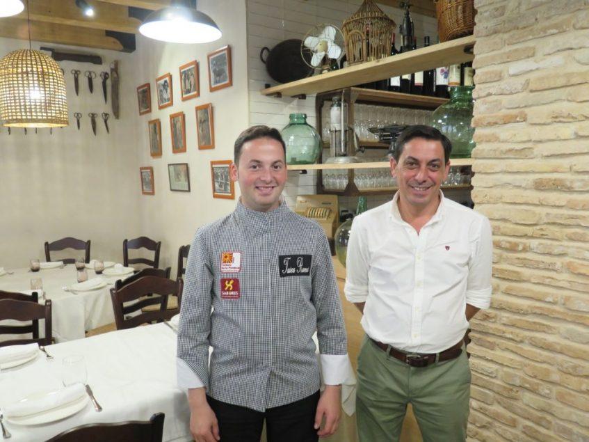 Juan Ramos Vela y Juan Ramos Ortiz, propietarios, junto a una de las zonas reformadas. Foto: CosasDeComé.