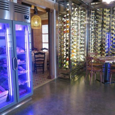 La cámara frigorífica y la columna de botellas dan acceso al salón principal. Foto: CosasDeComé.