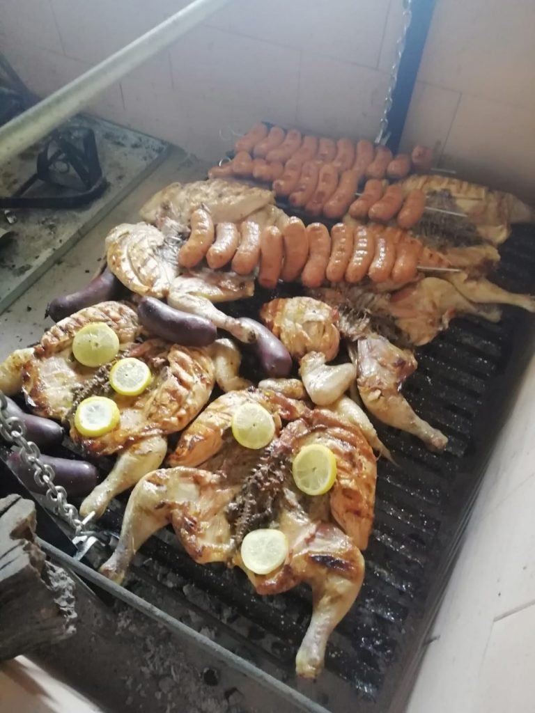 Asado realizado como manda la tradición argentina. Foto cedida por el establecimiento.