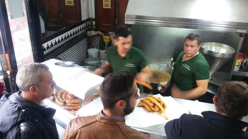 Rueda de churros del bar La Esperanza de Sevilla. Foto: Cosasdecome