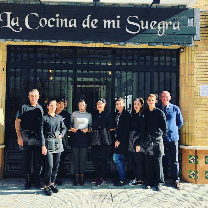 Equipo del restaurante en el que se encuentran Martin, Alicia y su madre Maribel. Foto cedida por el establecimiento.
