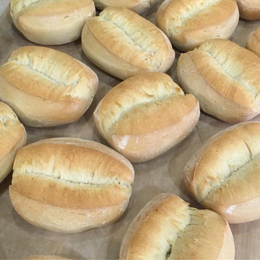 La elaboración del pan llonguet, una de las peculiaridades de Biga. Foto cedida por el establecimiento.