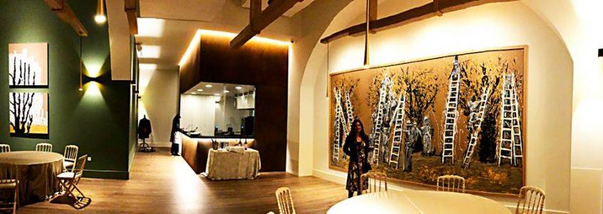 Salón con la imagen de la recogida de aceitunas al fondo. Foto cedida por establecimiento.