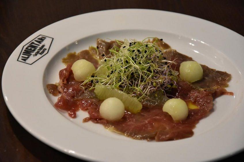 Carpaccio de ternera con melón y lima. Foto cedida por el establecimiento.