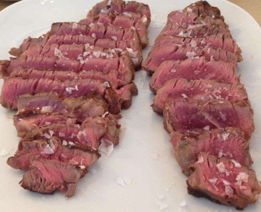 Martin Scheridan es el encargado de darle el punto a la carne de ternera del establecimiento. Foto cedida por el establecimiento.