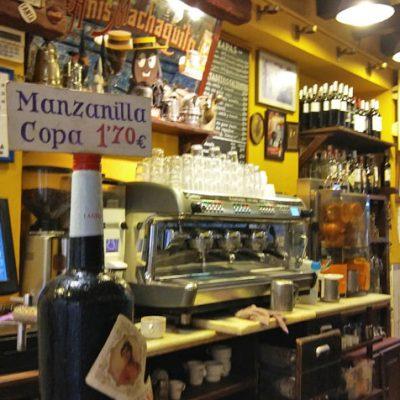 La barra del bar El Comercio está llena de detalles. Foto: Cosasdecome