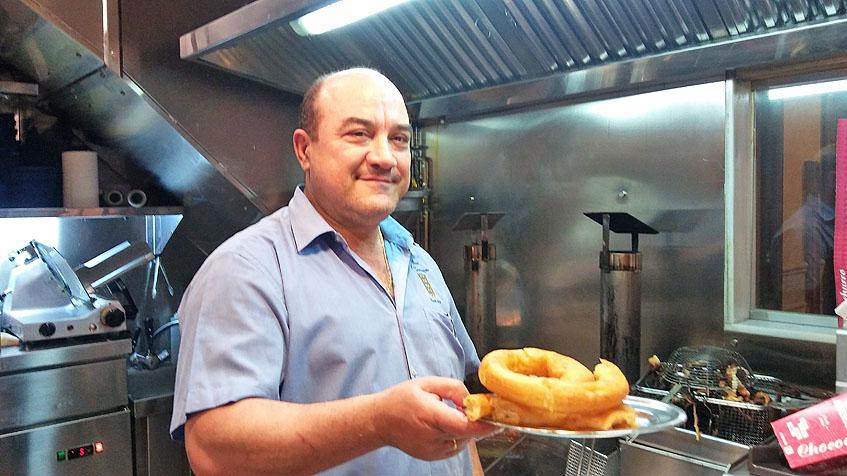 Manuel Gaitán con una ración de churros acabada de salir. Foto: Cosasdecome