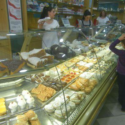 El impresionante expositor de dulces de Pepita Vázquez. Foto: Cosasdecome