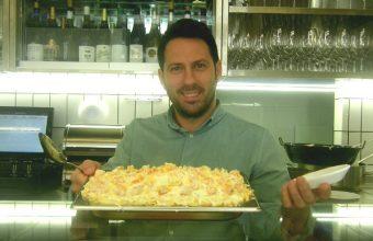 Juan luis Fernández con una bandeja de ensaladilla de langostinos lista para servir en La Barra de Cañabota. Foto: Cosasdecome