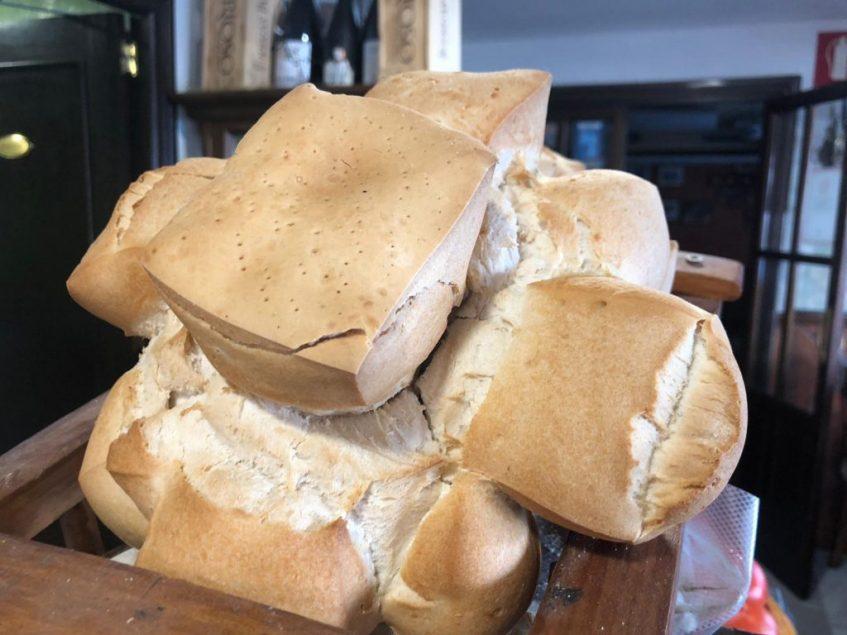 Clásico pan del Viso del Alcor que el restaurante Los Cuevas sirve desde los años 80. Foto cedida por el establecimiento.