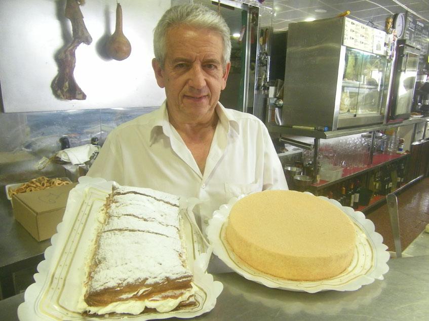 Paco Bugarín con dos de los postres de la casa, el milhojas de nata y la tarta de queso. Foto: Cosasdecome