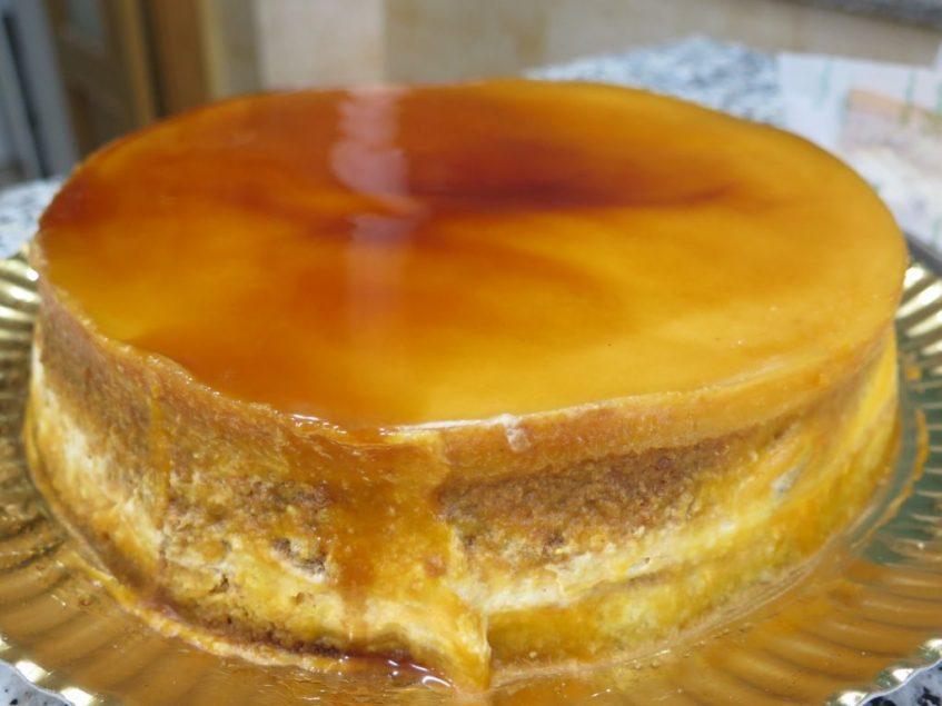 Tarta de tocino de cielo, nata y nueces, la más emblemática de la confitería. Foto: CosasDeComé.