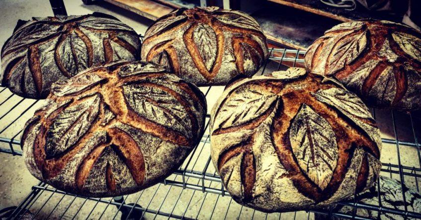 Domi Vélez surte de pan orobroy, entre otras variedades, en exclusiva a la Venta Luis Rey de Lebrija. Foto cedida por el establecimiento.