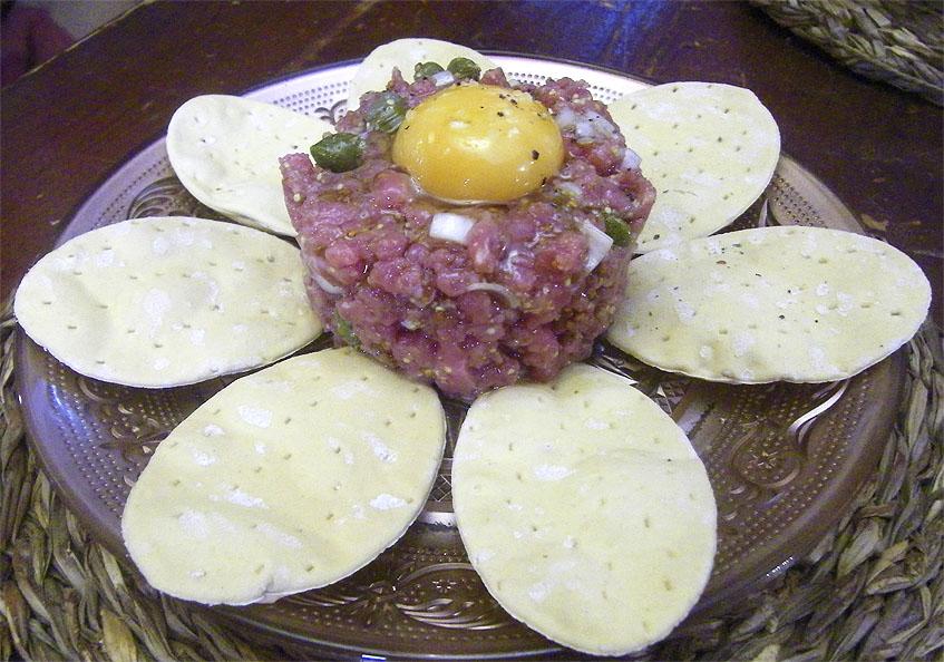 El steak tartar de carne de novillo de la Antigua Abacería San Lorenzo. Foto: Cosasdecome