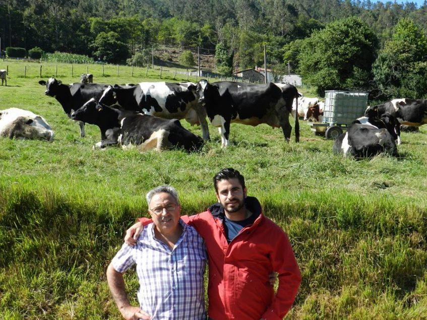 El propietario de la venta El Carrito junto a una ganadero en una de sus visitas al norte de España. Foto cedida por el establecimiento.
