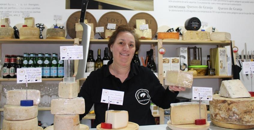 Lola Ramos, una de las propietarias del nuevo establecimiento, encantada con el recibimiento de sus quesos naturales en Sevilla. Foto: CosasDeComé.