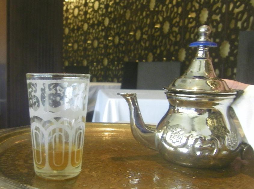 Así sirven el té en Alhucemas. Foto: Cosasdecome