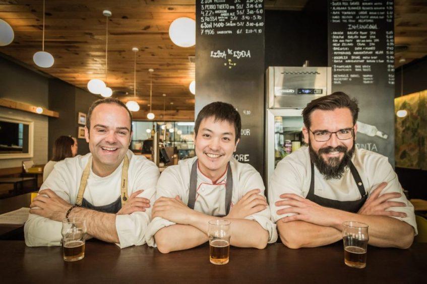 Los cocineros sevillanos David Fernández y Daniel Torres junto a Ren Anzay, que se hará cargo de la cocina de Maquila Tokyo