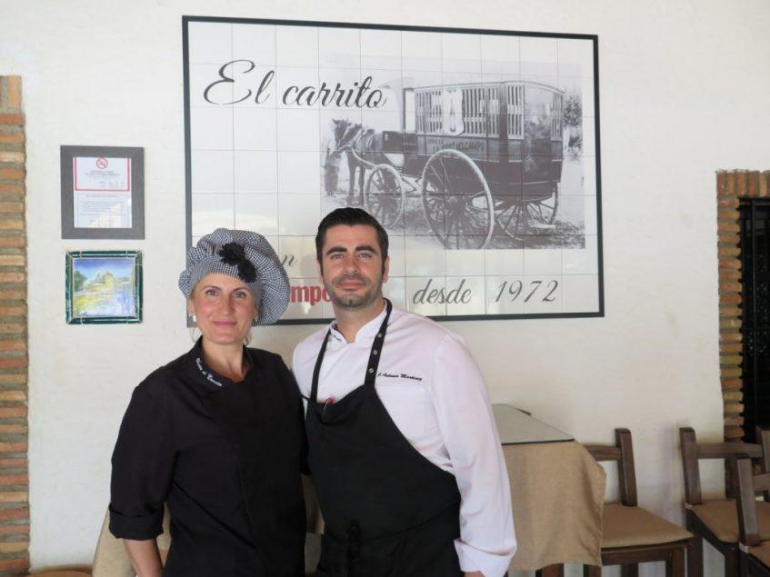 José Antonio junto a Pepi García, su madre y repostera del que fuera el negocio familiar desde 1972. Foto: CosasDeComé.