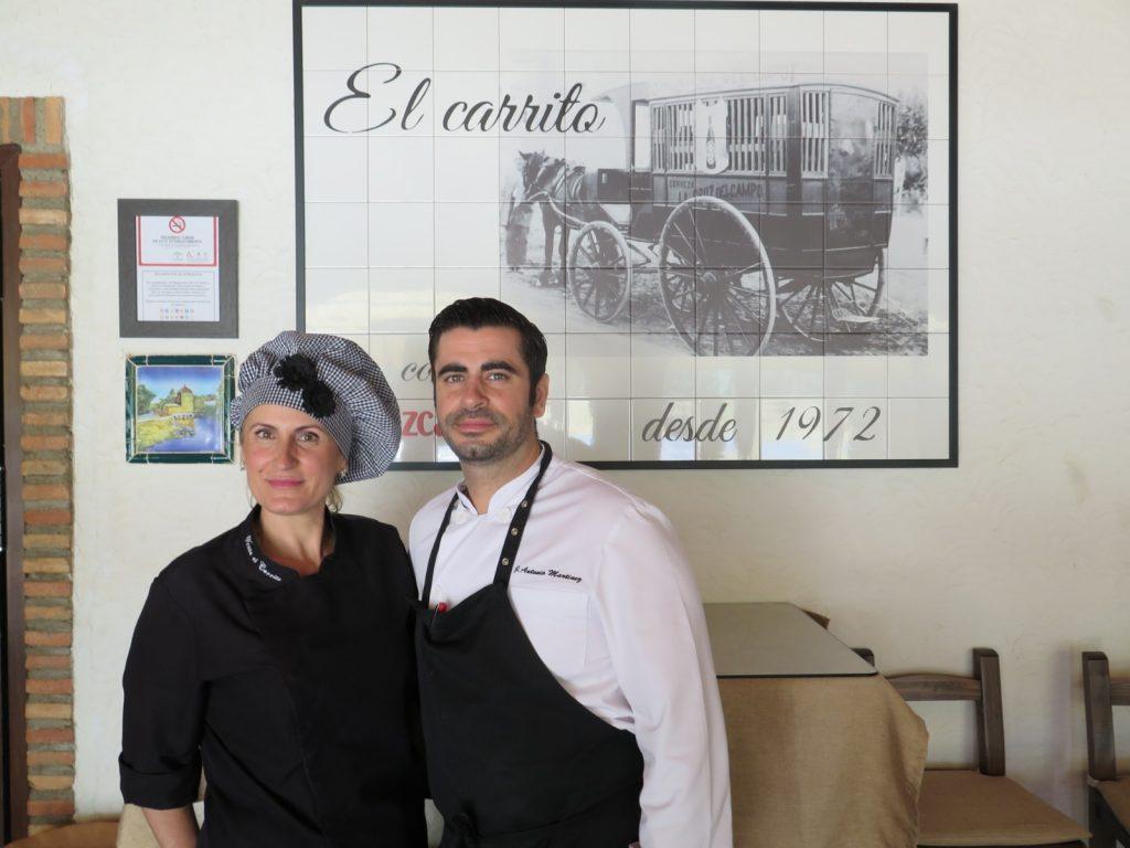 José Antonio Martínez, propietario, junto a su madre, Pepi García, repostera del establecimiento. Foto: CosasDeComé.